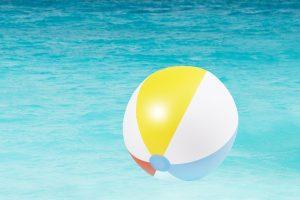 opblaasbare bal in zwembad